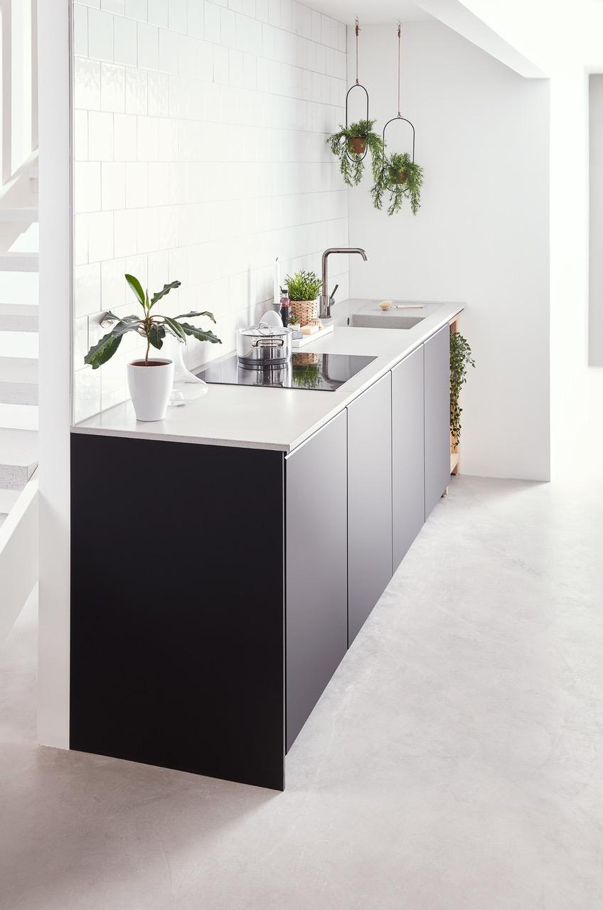 Ljusgrå 370, våtslipad, med tunnare framkant, ovanpåliggande spishäll och betongho, bd500, med avrinningsyta